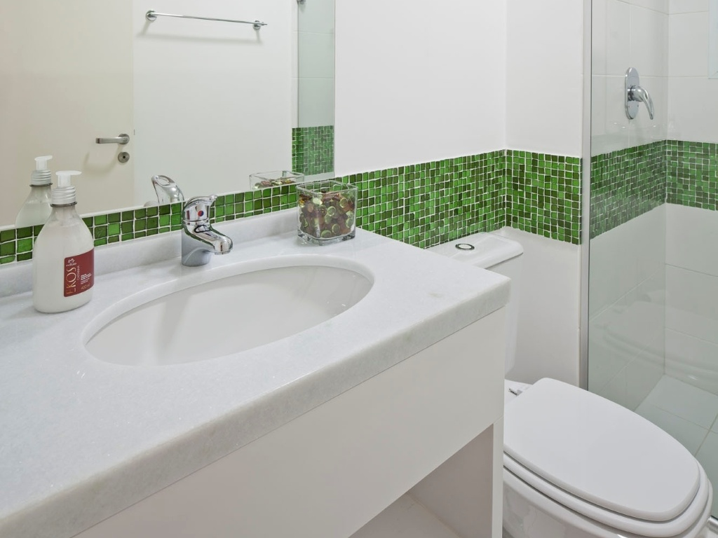 Revestimento para banheiros modernos e pequenos fotos Decorando  #384A21 1024x768 Banheiro Branco Com Pastilhas Verde