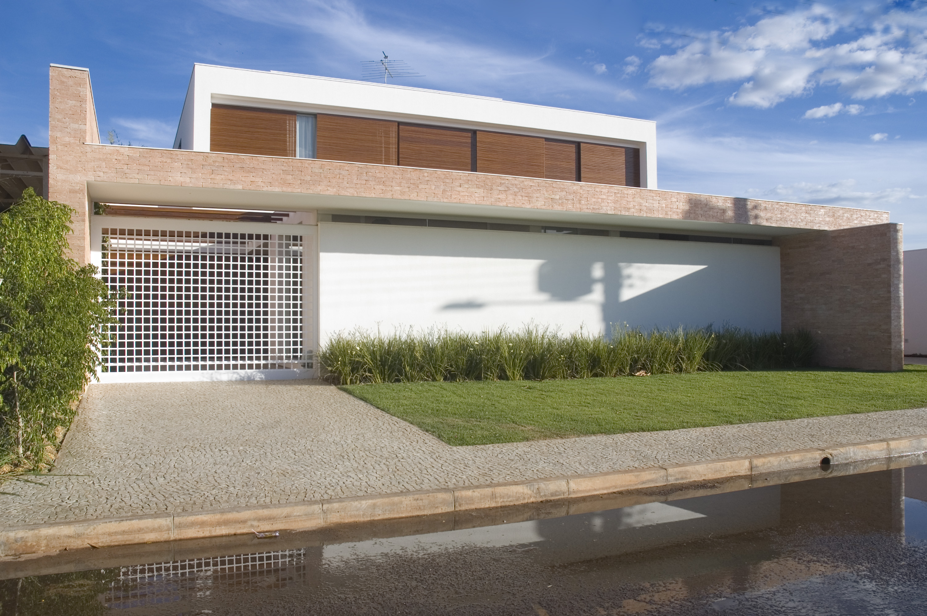 Fachadas de casas modernas com telhado embutido e for Fachadas frontales de casas modernas