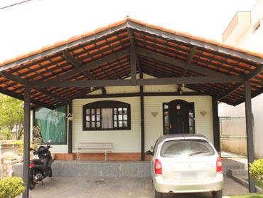 Garagem simples de madeira