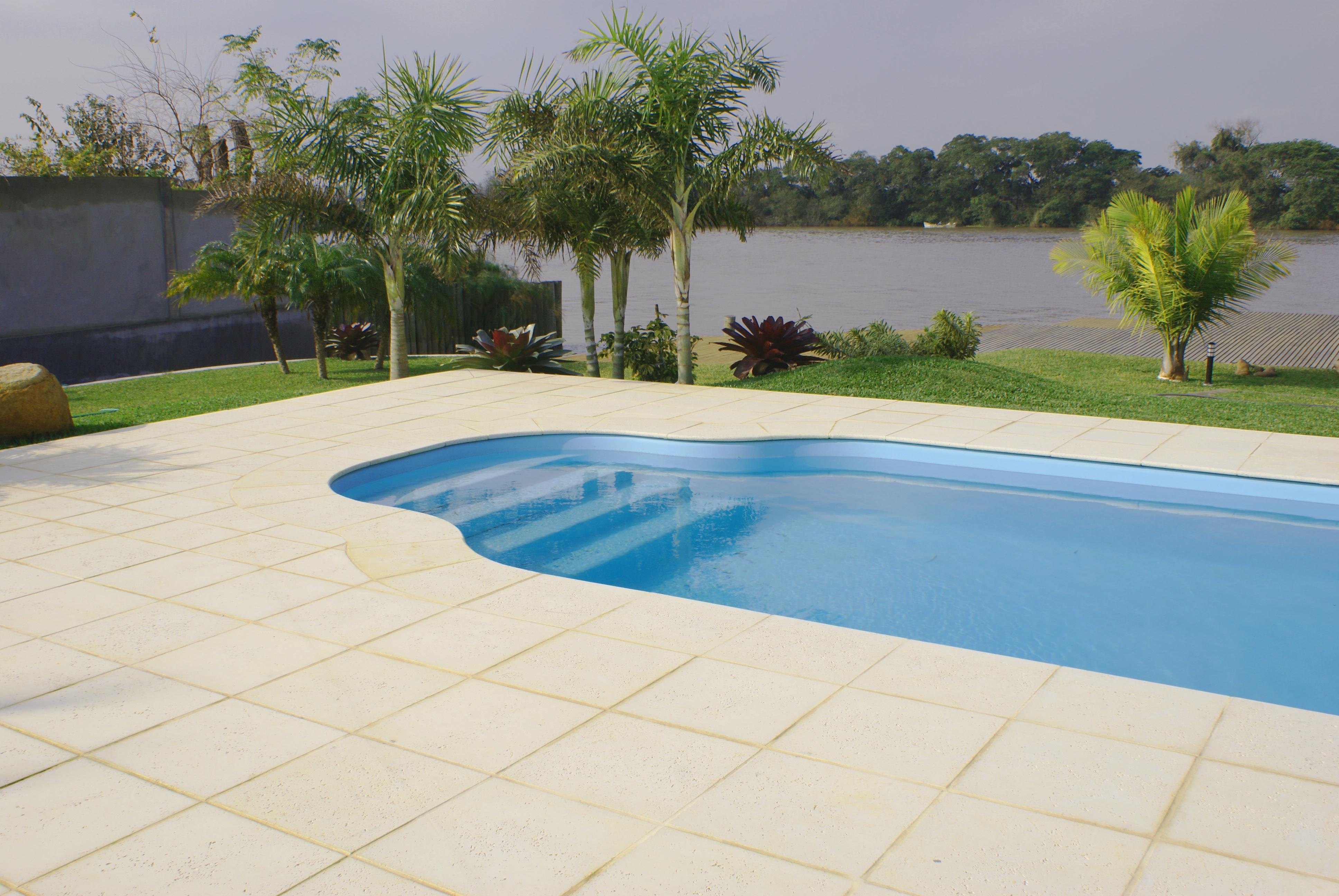 Pisos antiderrapantes para reas de piscinas decorando casas for Modelos de piscinas para fincas