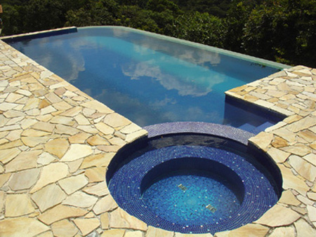 Fotos e modelos de piscinas de alvenaria decorando casas for Modelos de piscinas modernas