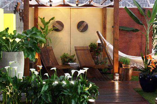 deck em jardim pequeno:Paisagismo e jardinagem residencial com deck