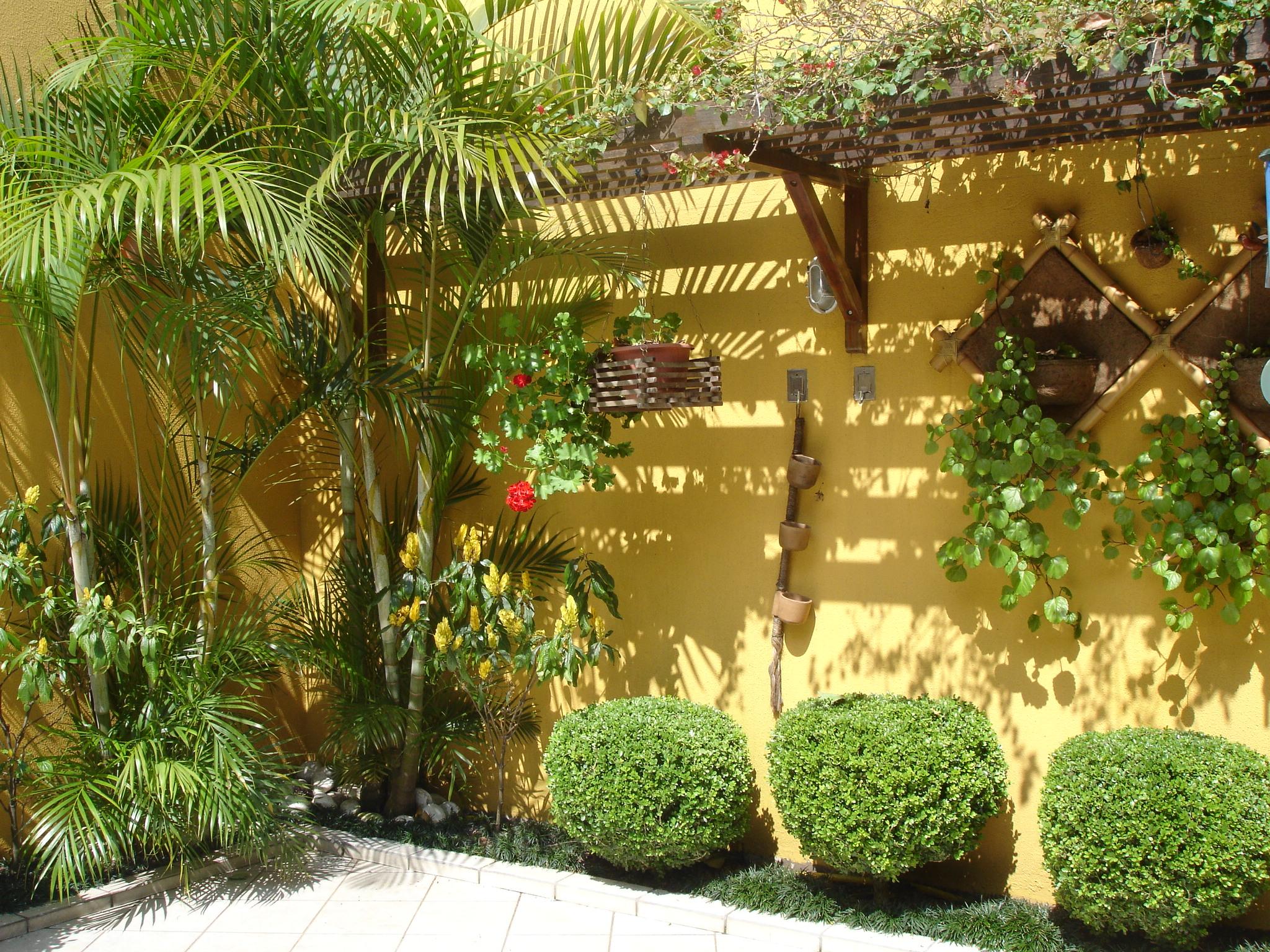 jardim vertical simples:Modelos de jardins residenciais para frente de casa