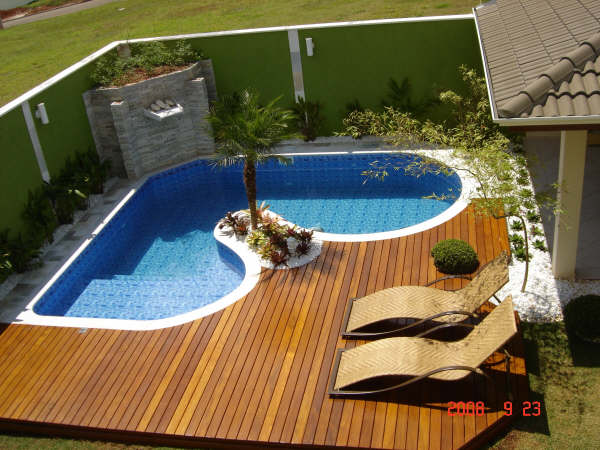fotos jardins piscinas:Projetos de piscinas em espaços pequenos