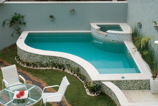 Projetos de piscinas em espa os pequenos decorando casas for Piscinas en el patio de la casa