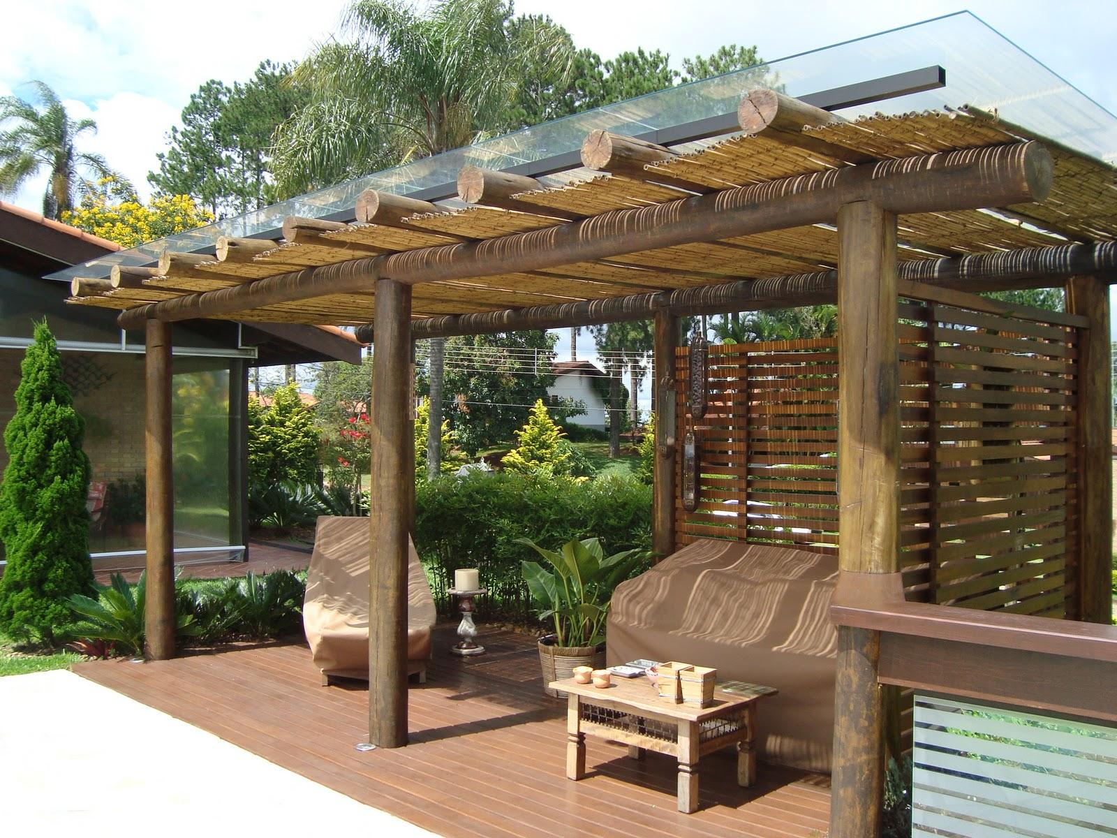 Garagem com pergolado de madeira vidro e policarbonato - Pergolas de troncos ...