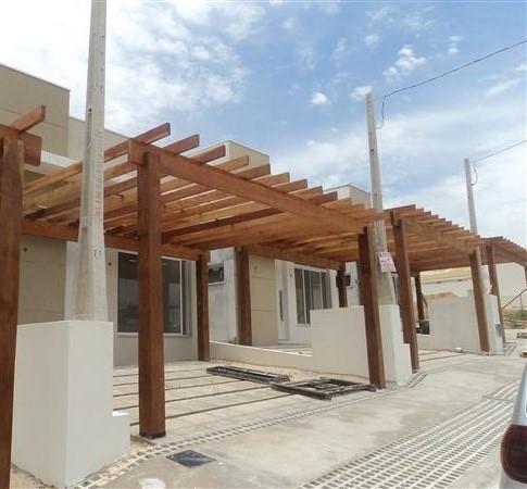 Garagem com pergolado de madeira