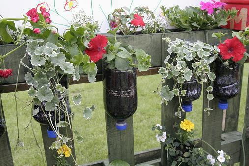 Fotos de jardins suspensos com garrafas pet