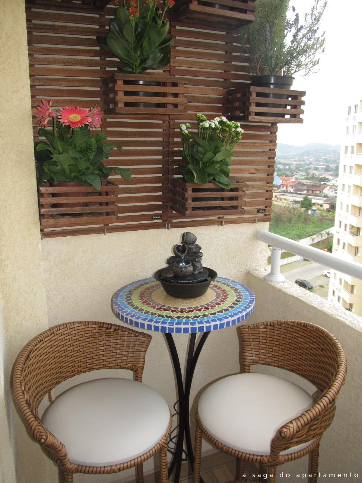 ideias baratas para jardim vertical:Decoração varanda e sacada pequena apartamento