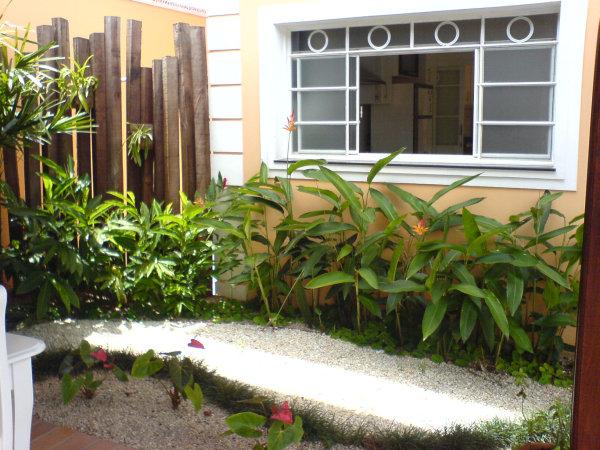 Plantas grandes e altas para jardim decorando casas - Antejardines pequenos fotos ...
