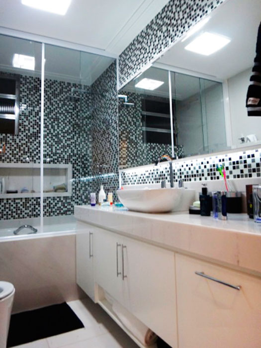 Banheiros com pastilhas pretas e brancas  Decorando Casas -> Decoracao Com Pastilhas De Vidro Em Banheiro