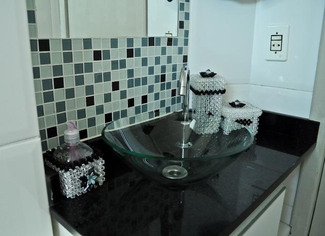 Banheiros com pastilhas pretas e brancas  Decorando Casas -> Pia De Banheiro Com Pastilha De Vidro