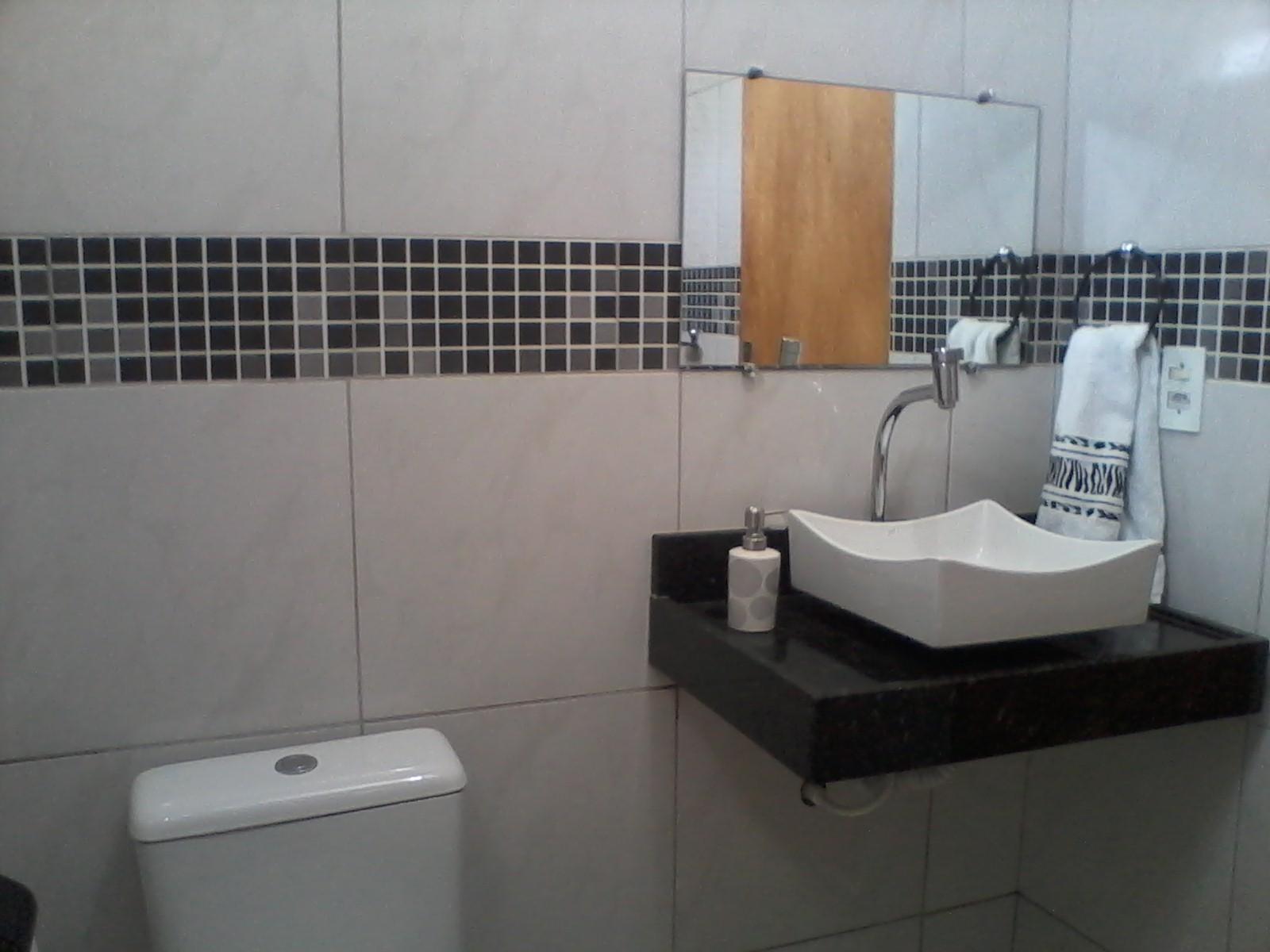 Banheiros com pastilhas pretas e brancas Decorando Casas #7F644B 1600x1200 Banheiro Branco Preto E Cinza
