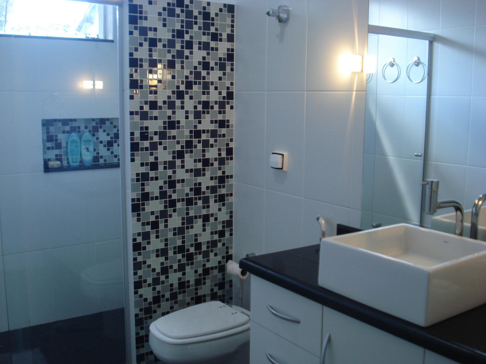 Banheiros com pastilhas pretas e brancas Decorando Casas #3A6991 1600 1200