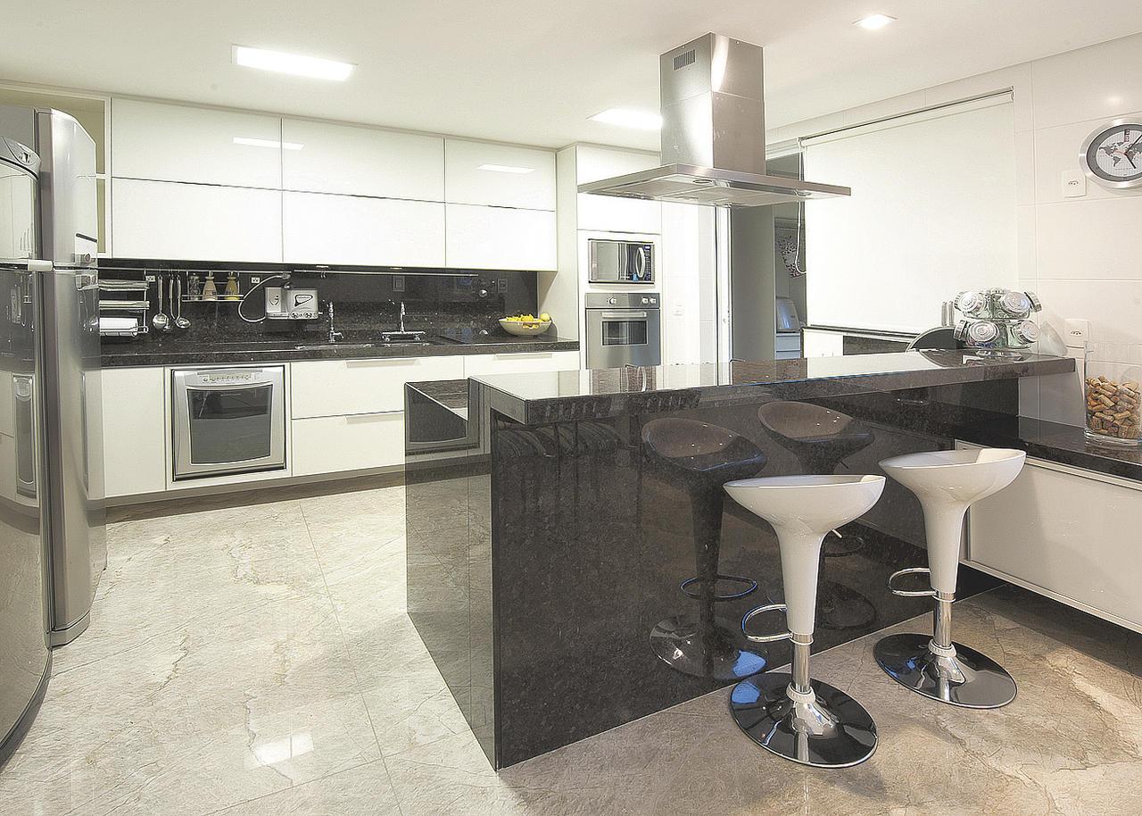 #455E86 Cozinhas planejadas pequenas com bancada de granito Decorando Casas 1280x914 px Balcão De Mármore Cozinha Americana #1097 imagens