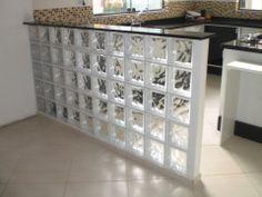 Cozinha americana simples com tijolo de vidro | Decorando Casas
