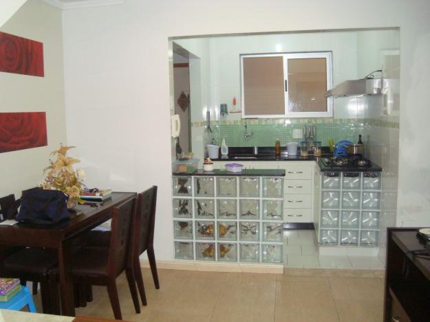 Cozinha americana simples com tijolo de vidro  Decorando Casas # Bancada Cozinha Simples