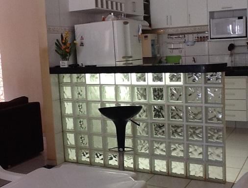 Balcão de cozinha com tijolo de vidro  Decorando Casas # Armario De Cozinha Feito De Bloco
