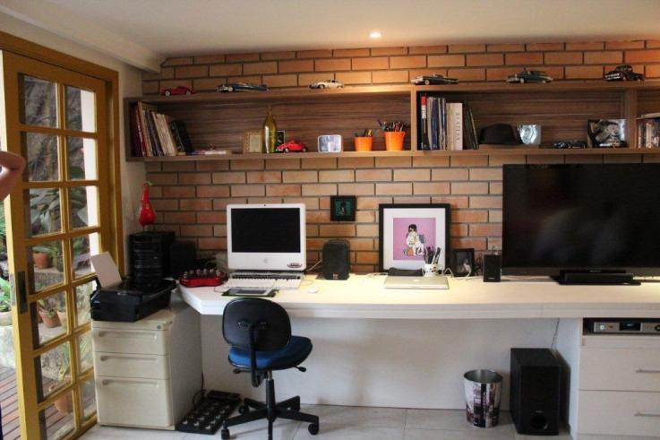Home-office-no-quarto-com-TV-9