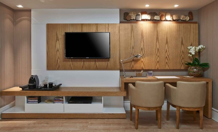 home-office-no-quarto-com-tv- Moderno