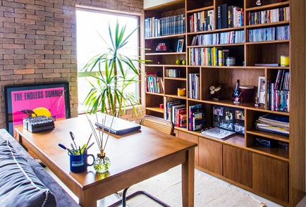 Como organizar livros com pouco espaço