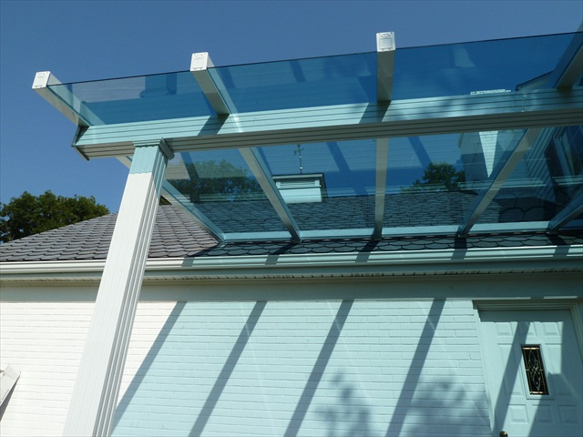 Cobertura-pergolado-com-vidro-ou-policarbonato