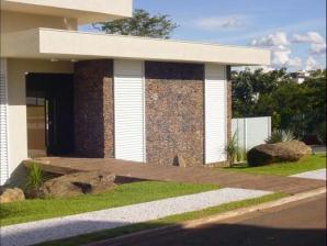 Fachadas de casas populares com pedras