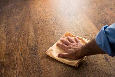 Carpete de madeira como limpar