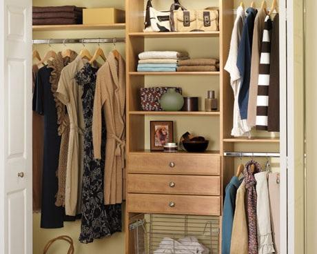 Como organizar guarda-roupa com pouco espaço