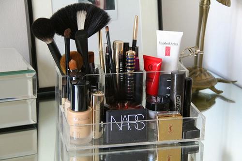 Como organizar maquiagens no banheiro