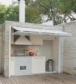 Área externa com churrasqueira pequena