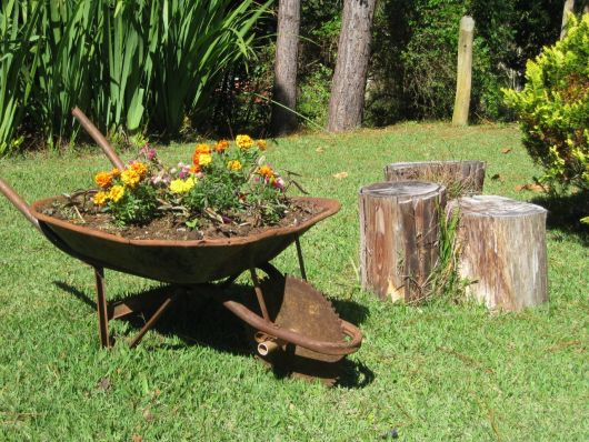Jardim reciclado com coisas velhas