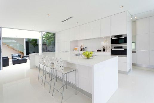 Cozinha com porcelanato branco