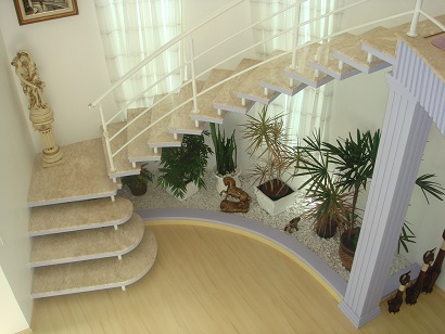 Escadas-internas-que-ocupam-pouco-espaço