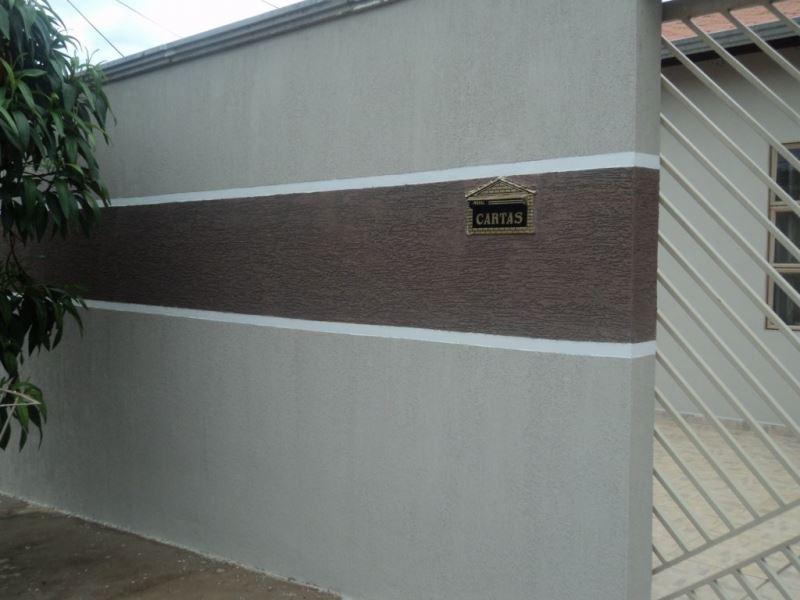Fachadas de casas populares com muro