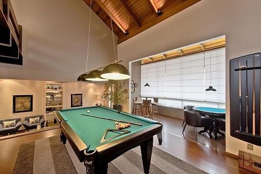 Decoração de sala com mesa de sinuca