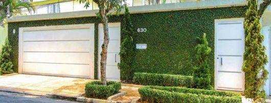 Muros com canteiros e plantas