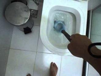 Como-desentupir-vaso-sanitário-com-garrafa-pet