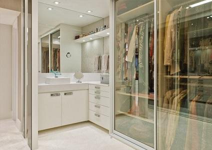 Closet com banheiro integrado pequeno