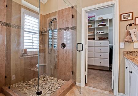 Closet-com-banheiro-integrado-pequeno