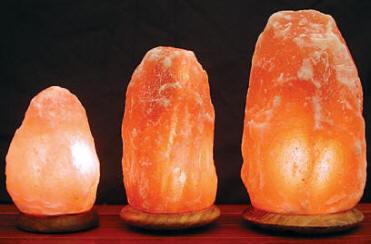 Decoração com luminária de sal do Himalaia