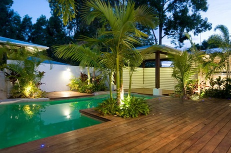 Piscina residencial paisagismo decorando casas for Best palm tree for swimming pool