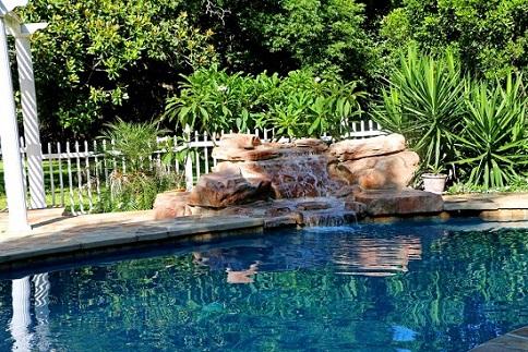 Piscinas-residenciais-com-cascata