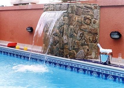 Piscinas residenciais com cascata